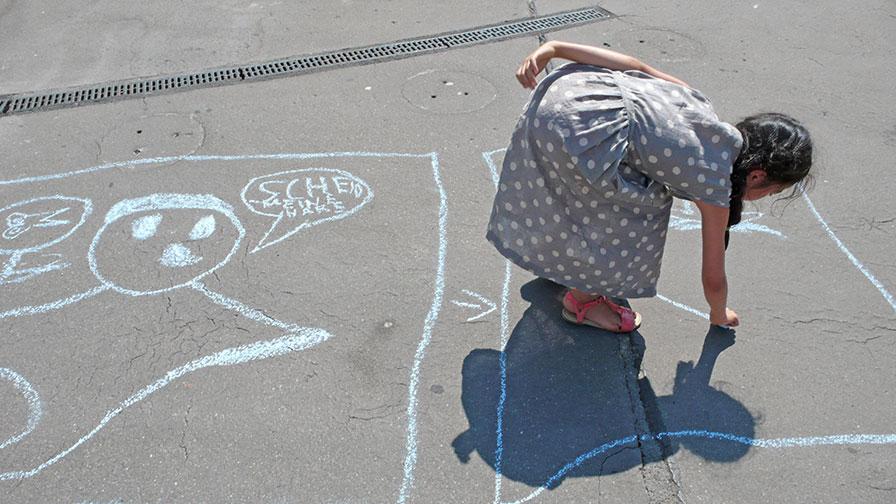 Kinder mit Strassenmalkreide